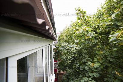 Остекление балкона с крышей в пятиэтажке
